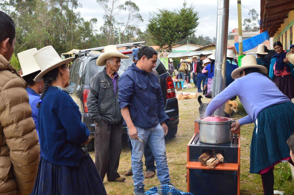 Grupo de mujeres participando en la promocion de cocinas Peru For Website